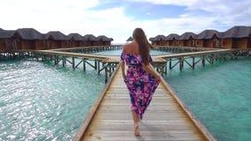 A mulher tem férias na ilha de Maldivas vídeos de arquivo