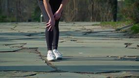 A mulher tem uma dor em seu pé durante a corrida vídeos de arquivo