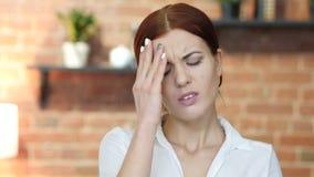 Mulher tensa com dor de cabeça, frustração vídeos de arquivo