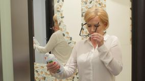 A mulher tenta ler a instrução, ela está vestindo vidros mas nada pode ler vídeos de arquivo