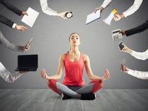 A mulher tenta manter a calma com ioga devida forçar e sobrecarregar no frigideira chinesa foto de stock