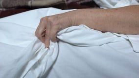mulher Terminalmente-doente que aperta a dor terrível do sentimento do bedsheet, convulsões da morte vídeos de arquivo