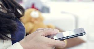 Mulher Texting em um dispositivo do smartphone video estoque