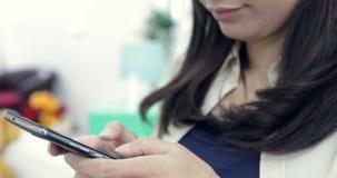 Mulher Texting em um dispositivo do smartphone filme