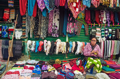 Mulher tibetana que tece vestuários de lã Fotos de Stock Royalty Free
