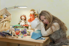 Mulher Tired atrás do trabalho Imagem de Stock Royalty Free