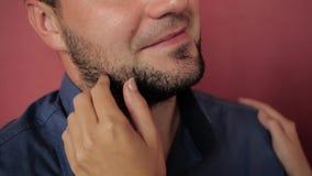 A mulher toca delicadamente em sua barba filme