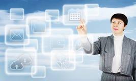 A mulher toca em botões da tela virtual na frente dsi mesma Fotos de Stock Royalty Free
