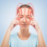 A mulher toca na cabeça, a região temporal de vermelho Fotos de Stock Royalty Free