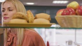 A mulher toma Apple fresco da cesta no close up da prateleira vídeos de arquivo
