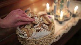 A mulher toma cookies doces do Natal da cesta filme
