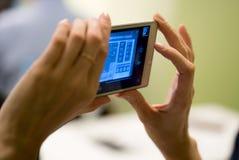 A mulher toma a foto no telefone celular Imagem de Stock