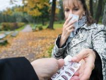 A mulher toma o comprimido imagem de stock