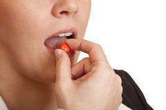 A mulher toma o comprimido de dor de encontro à dor de cabeça Fotos de Stock Royalty Free