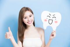 A mulher toma o dente bonito Fotografia de Stock