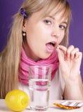 A mulher toma um comprimido Fotografia de Stock Royalty Free