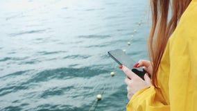 A mulher toma um seascape bonito em uma câmera do telefone video estoque
