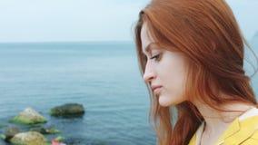 A mulher toma um seascape bonito em uma câmera do telefone vídeos de arquivo