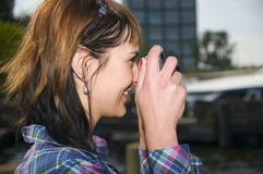 A mulher toma um tiro da câmera Fotos de Stock