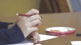 A mulher torce lentamente o lápis em sua mão filme