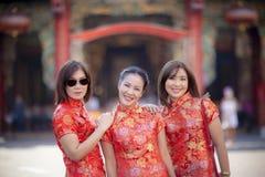 Mulher três asiática que veste a roupa chinesa da tradição na rua Banguecoque Tailândia do yaowarat fotos de stock royalty free