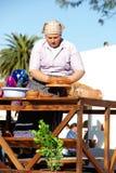 A mulher trabalha na roda da cerâmica Fotografia de Stock