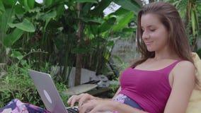 A mulher trabalha no computador vídeos de arquivo