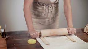 Mulher trabalhadora que trabalha com argila no estúdio video estoque