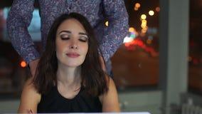 A mulher trabalhou no portátil por muito tempo, seu pescoço fere Homem que faz a massagem video estoque