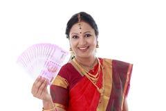 Mulher tradicional que guarda 2000 notas novas da rupia Imagem de Stock Royalty Free