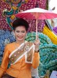 Mulher tradicional vestida no flutuador da flor Fotografia de Stock Royalty Free