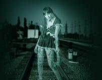 Mulher transparente suja que guarda o machado Fotografia de Stock