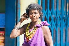 Mulher tribal de Bonda com telefone móvel foto de stock royalty free