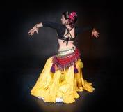 Mulher tribal do dançarino da barriga exótica bonita foto de stock