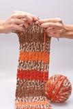 A mulher tricota manualmente o fio para confecção de malhas Fotos de Stock Royalty Free