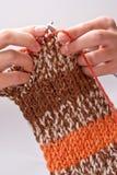 A mulher tricota manualmente o fio para confecção de malhas Imagens de Stock