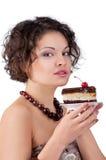 Mulher triguenha atrativa com um bolo imagens de stock royalty free