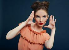 Mulher triguenha bonita com composição na moda Fotos de Stock Royalty Free