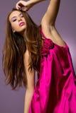 Mulher triguenha bonita com vestido elegante foto de stock royalty free