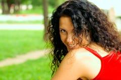 Mulher triguenha bonita no vermelho foto de stock
