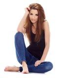 mulher que senta-se no assoalho. Tiro do estúdio. Fotos de Stock Royalty Free