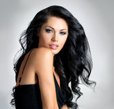Mulher triguenha com cabelo longo bonito Imagens de Stock Royalty Free