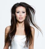 Mulher triguenha com cabelos marrons longos bonitos Fotografia de Stock