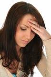 Mulher triguenha com dor de cabeça foto de stock
