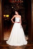 Noiva 'sexy' bonita no vestido de casamento branco Foto de Stock Royalty Free
