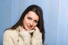 Mulher triguenha de sorriso do inverno na camisola bege fotografia de stock