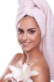 Mulher triguenha dos termas na toalha na cabeça fotografia de stock royalty free
