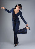 Mulher triguenha feliz que levanta no estúdio Fotos de Stock Royalty Free