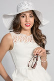 Mulher triguenha no chapéu branco Imagem de Stock Royalty Free