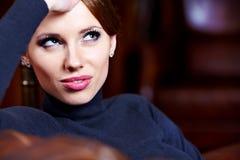 Mulher triguenha no interior luxuoso fotos de stock royalty free